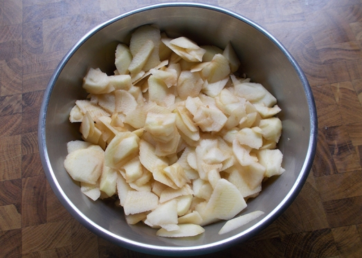 Äpfel blättrig schneiden, aber erst, wenn der Teig schon vorbereitet ist
