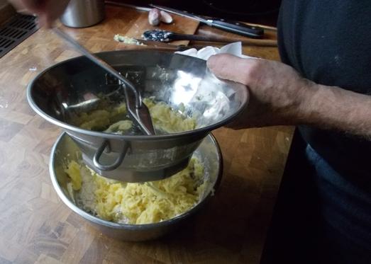 Die Kartoffeln auf die Masse reiben oder passieren ...