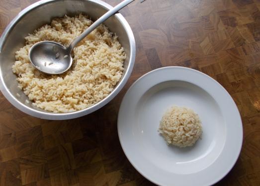 Für die Einlage vorher schon Reis kochen, in der Tellermitte je einen Schöpflöffel voll platzieren, die Fischsuppe dazugeben, mit Petersiliengrün garnieren.