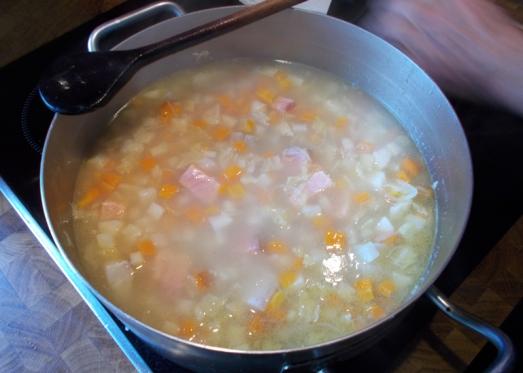 obald das Gemüse bissfest gekocht ist, den Fisch in den Topf geben...