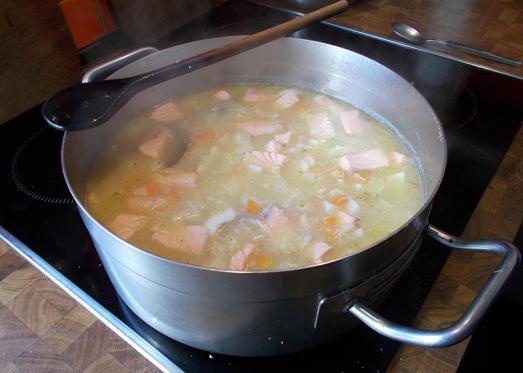 Hitze stark reduzieren (Topf von der Herdplatte nehmen) und die Suppe durchziehen lassen. Der Fisch ist schnell gar!
