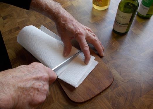 Ein Stück Küchenpapier zuschneiden ...