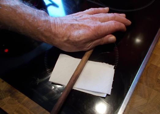 ... mit dem Stil eines Kochlöffels oder dem Nudelholz ein paar mal über das Papier rollen. Die Safranfäden sind durch die Wärme resch geworden, brechen  gut durch und entfalten in den Speisen ihren vollen Geschmack.
