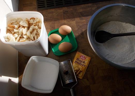 Eine Prise Backpulver (ca 1/3 Sackerl), Salz, Pfeffer, Muskat, zwei ganze Eier, Milch (ca.1/4 Liter, bei Bedarf mehr) beigeben. Durchmischen, dann geschnittenes Knödelbrot (ca. 4 Semmeln) einarbeiten.