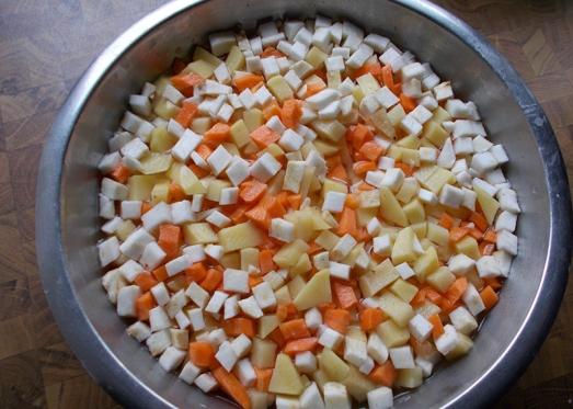 Kartoffeln, Sellerie, Karotten würfelig schneiden, Lauch schneiden.