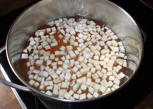 Mit Bouillon zustellen (oder Wasser/Brühwürfel), salzen, ein Lorbeerblatt dazugeben und kochen lassen.