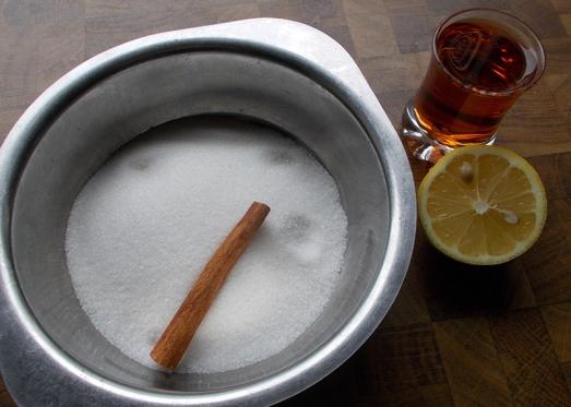 ..mit Zucker, Rum, Zimtstange und Zitronensaft...