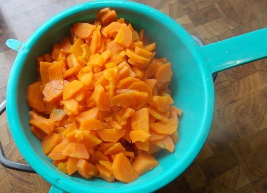 Karotten putzen, blättrig schneiden und in Salzwasser bissfest kochen, Wasser abgießen.