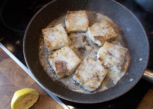 """..in Öl herausbraten, gegen Ende mit einem Stück Butter """"glacieren"""" und mit einem Spritzer Zitronensaft und ein wenig Worcestersauce verfeinern."""