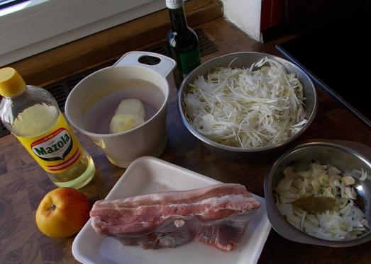 Ein Stück Bauchfleisch, Weißkraut (Weißkohl), Zwiebel und Knoblauch, eine Kartoffel zur Bindung und einen Apfel für den feinen Geschmack