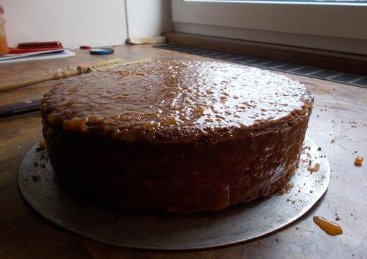 .., wieder zusammensetzen und nun die ganze Torte – oben und rundherum – ebenfalls großzügig mit Marmelade bestreichen.