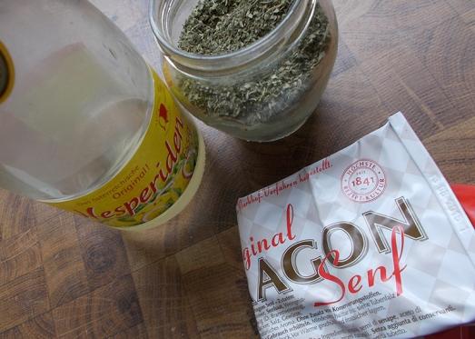 ... einem Spritzer Essig, Senf, Majoran, Thymian, Salz und Pfeffer würzen. Eventuell etwas Gemüsefond nachgießen.