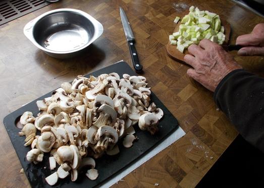 Champignon und Zucchini kleinschneiden