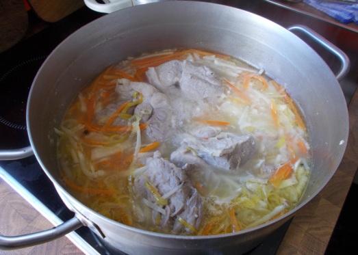 Weiterkochen, bis Gemüse bissfest ist, dann ist auch das Fleisch fertig.