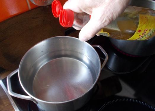 Einen Topf Wasser mit Salz und einem guten Schuss Essig zum Kochen bringen..