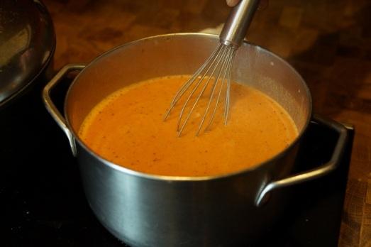 Die vorhin abgeseihte Flüssigkeit aufkochen lassen, das Gmachtl mit einem Schneebesen einrühren, noch einmal aufkochen lassen, (eventuell) nachwürzen.