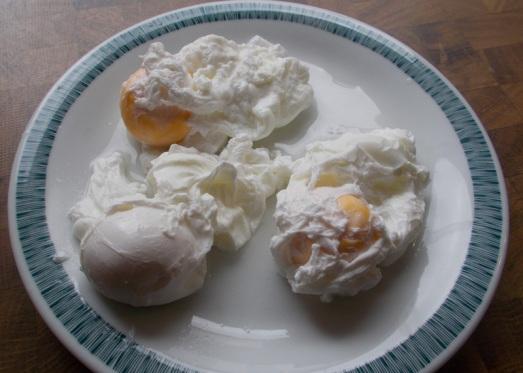So verbinden sich die Eier nicht und bleiben schön portioniert. Ergibt eine feine Suppeneinlage!