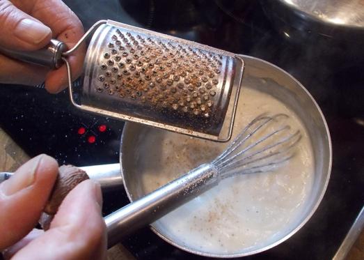 Würzen mit Salz, Pfeffer, Muskat und eventuell ein wenig Suppenwürze (oder gleich Gemüsefond statt Wasser verwenden).