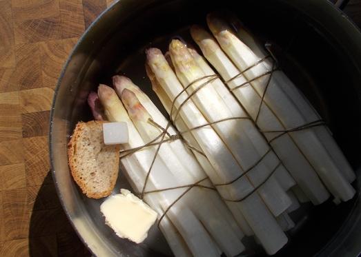 Spargel geschält, portionsweise gebündelt, mit einem Stück Brot, Zucker und etwas Butter in einen Topf mit gut gesalzenem, kaltem Wasser legen.