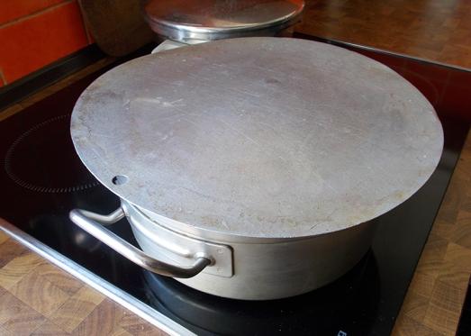 Zugedeckt aufkochen lassen, Hitze reduzieren und - je nach Menge und Stangenstärke - weitere 8 bis 10 Minuten ziehen lassen.