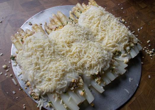 geriebenen Käse (Emmentaler, Parmesan ...) darüberstreuen und ins Rohr schieben.....