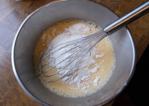 Eier mit etwas Milch, Staubzucker und Mehl gut glattrühren ...