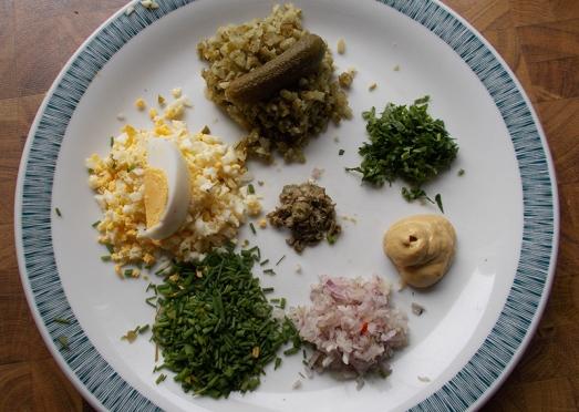 Man braucht dazu nur Spargel, Öl, Essig, Senf, Salz, Pfeffer und allerlei Kleingehacktes: gekochte Eier, Essiggurkerl, Zwiebel, Kapern, Schnittlauch und Petersilie. Und Rohschinken, natürlich, für die Fleischesser.