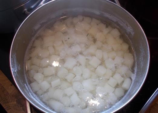 ...und natürlich Den geschälten Spargel in kleine Stücke schneiden und in normalem Salzwasser aufkochen. Danach gleich wegstellen - der Spargel wird in der Suppe weich.