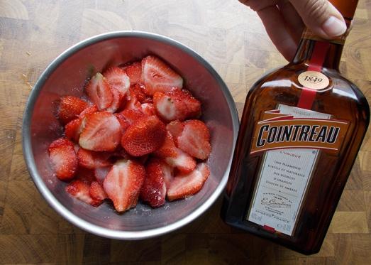 Je nach Geschmack - mit etwas Rum oder Likör (zB Orangenlikör oder Amaretto) ...