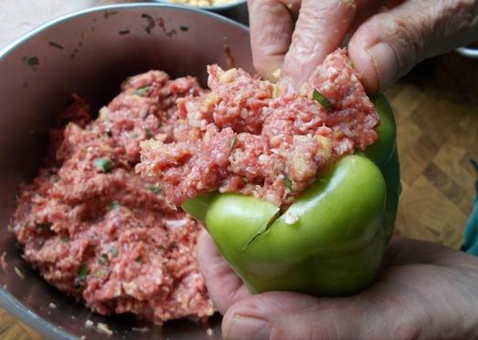 Die Paprika - grüne sind am besten für dieses Gericht – aushöhlen und füllen, Deckel darauf drücken ...