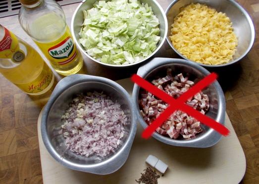 Zutaten: Weißkraut, Fleckerl, saisonales Gemüse (zB Paprika, Zucchini, Champignon), Zwiebel, Knoblauch, Kümmel, Essig, Zucker, Butterschmalz oder Öl, Muskat, Pfeffer, Salz. Weißkraut, Zwiebel und Gemüse klein schneiden, eine Zehe Knoblauch fein blättrig schneiden.