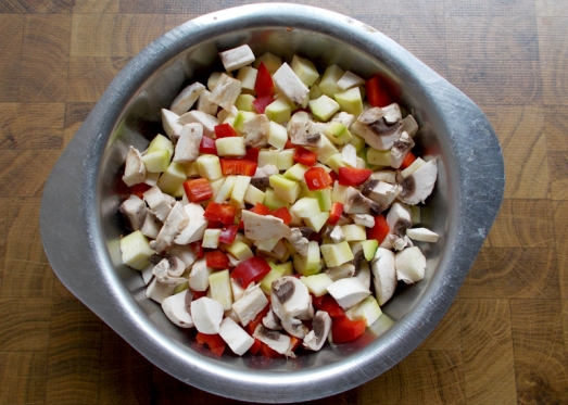 Zutaten: Weißkraut, Fleckerl, saisonales Gemüse (zB Paprika, Zucchini, Champignon), Zwiebel, Knoblauch, Kümmel, Essig, Zucker, Butterschmalz oder Öl, Muskat, Pfeffer, Salz. Weißkraut, Zwiebel und Gemüse klein schneiden, eine Zehe Knoblauch fein