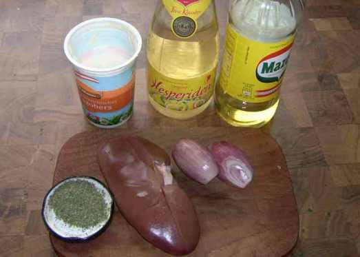 Zutaten: eine Schweinsniere, Zwiebel, Essig, Weißwein, Majoran, Salz, Pfeffer, etwas Obers, event. Worcestershiresauce.