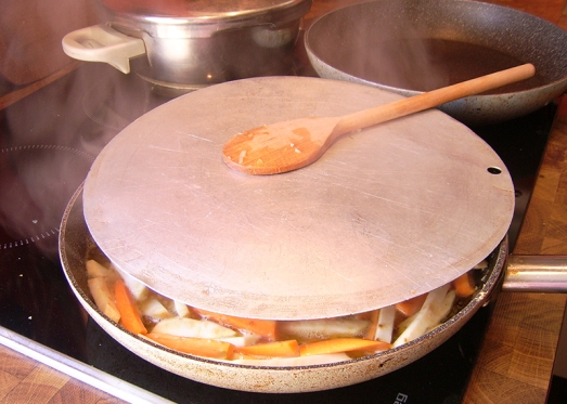 ... mit etwas Bouillon (oder aufgelöstem Suppenwürfel) aufgießen. Zugedeckt köcheln lassen.