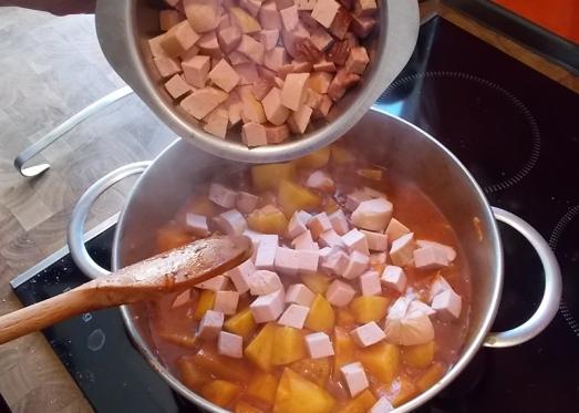 Nach ca. 15 Minuten die in Stücke geschnittene Wurst beifügen ...