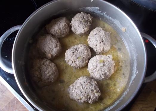Zwiebel glasig anschwitzen, mit etwas Essig und Weißwein ablöschen, mit Wasser oder Bouillon aufgießen, aufkochen lassen. Die Knödel einlegen, zugedeckt ziehen lassen (auf kleiner Flamme). Nach ca. zehn Minuten Gurkerl und Kapern dazugeben, weitere fünf Minuten ziehen lassen ...