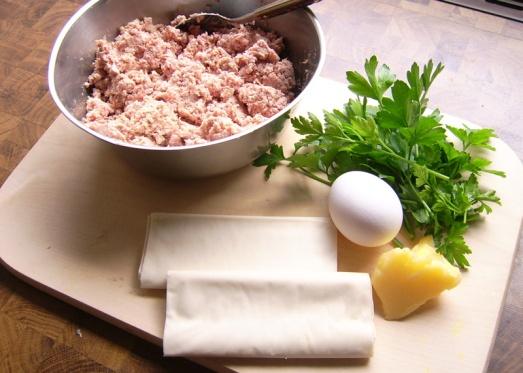 Zutaten: Strudelteig (dieser hier ist gekauft - Rezept zum Selbermachen kommt noch), gekochte Fleisch- und Wurstreste, Ei, Petersilie, Zwiebel