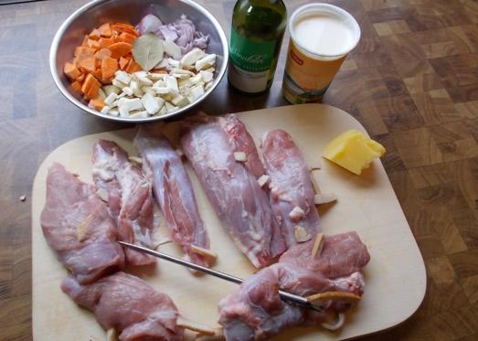 Zutaten: ausgelöste Kalbsstelze, Spick-Speck (oder normaler Speck), Butterschmalz oder Öl, Wurzelgemüse (Sellerie, Karotten, Petersil-Wurzel etc.), Zwiebel, event. Knoblauch, Lorbeerblatt, Salz, Pfeffer, Weißwein, Obers, Bouillon (oder Suppenwürfel), Mehl zum Stauben