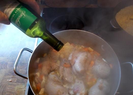 Mit Weißwein und ein wenig Bouillon ablöschen: Die Fleisch/Gemüse-Mischung soll nicht ganz mit Flüssigkeit bedeckt sein.