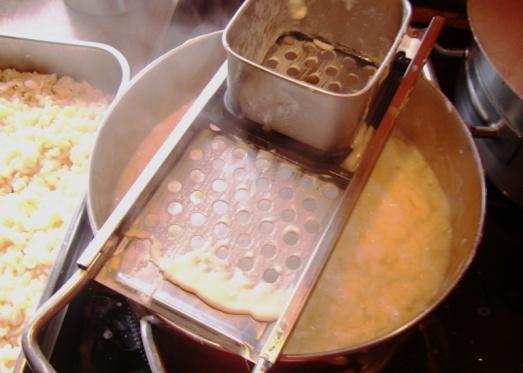 Danach die Masse mit Nockerlsieb oder Nockerlhobel direkt ins kochende Salzwasser streichen, aufkochen, im kalten Wasser abschrecken, auf ein Sieb geben und abtropfen lassen.