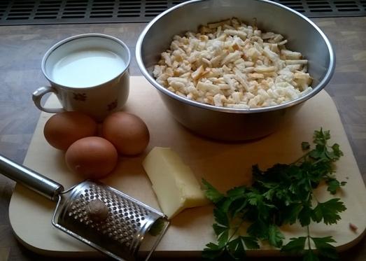 Für die Fülle brauchen wir Knödelbrot, Eier, Milch, Butter, Petersilgrün, Salz, Pfeffer, Muskatnuss