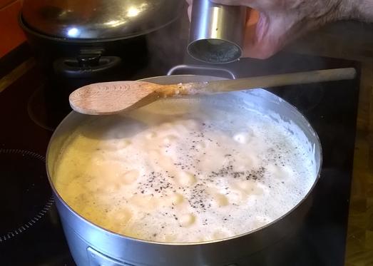 Gut abschmecken, fertig ist die Serbische Bohnensuppe.