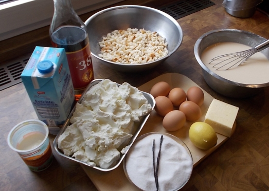Zutaten: Topfen, Knödelbrot, Eier, Milch, Rum, Vanille, Zucker, Zitronenschale, Rosinen, Butter