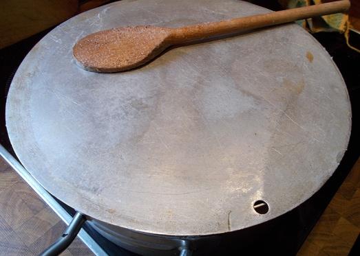 Zugedeckt auf kleiner Flamme dünsten lassen, bis das Fleisch weich ist (ca. eine Stunde).