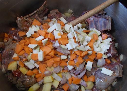 ... gemeinsam mit dem Wurzelgemüse, dem Apfel dem klein geschnittenen Bauchspeck in heißem Fett gut anrösten.