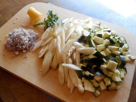 Weißen Spargel schälen (dazu gibt es sogar ein Video!). Bei grünem Spargel nur den unteren Ansatz schälen. Die Spargelstangen in schräge Stücke und Zucchini in kleine Würfel schneiden. Zwiebel fein hacken.