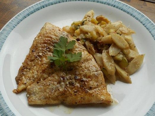 ... und das Spargel-Zucchini-Gemüse als Beilage servieren. Oder als vegetarische Hauptspeise, oder zu Nudeln ... Erlaubt ist, was schmeckt.