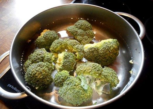 Brokkoli vierteln, in Salzwasser kurz kochen, in kaltem Wasser abschrecken und auf ein Blech oder in eine ofenfeste Form legen.