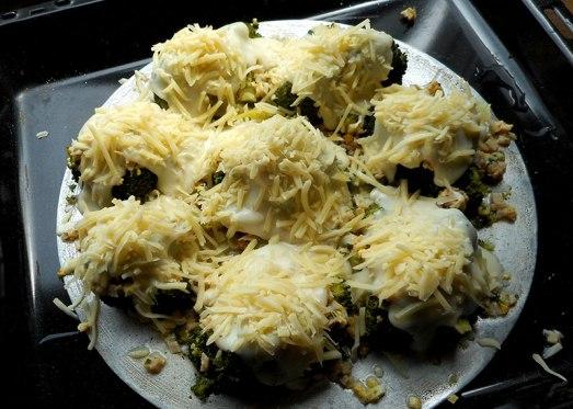 Brokkoli vierteln, in Salzwasser kurz kochen, in kaltem Wasser abschrecken und auf ein Blech oder in eine ofenfeste Form legen. Kleingehackte Eier, Petersilie und klein geschnittenen Schinken auf die Brokkoli geben, darüber kommt die Béchamel-Sauce. Mit Käse bestreuen und ...