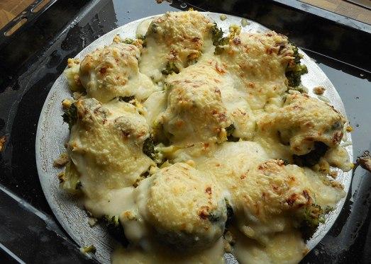 ... im vorgeheizten Rohr (Oberhitze, 200 Grad) überbacken, bis der Käse eine schöne Kruste hat.